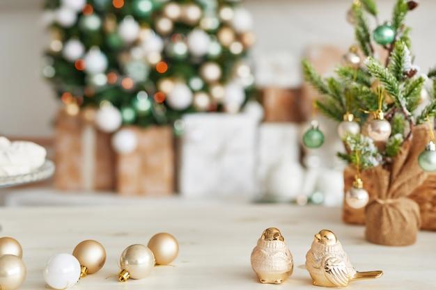 Decorazioni natalizie in cucina. stoviglie di natale. utensili da cucina di natale. interni luminosi della cucina di capodanno. modello di carta di capodanno. cucina di colori bianco menta.