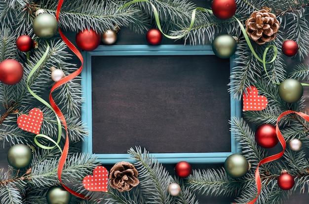 Decorazioni natalizie in verde e rosso, layout piatto con spazio testo