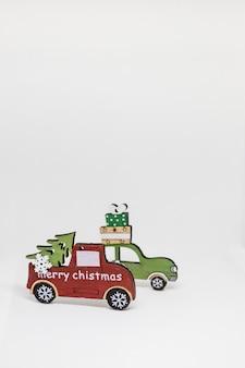 Decorazioni natalizie, macchine in legno, regali con copia spazio biglietto d'auguri, invito a una festa.