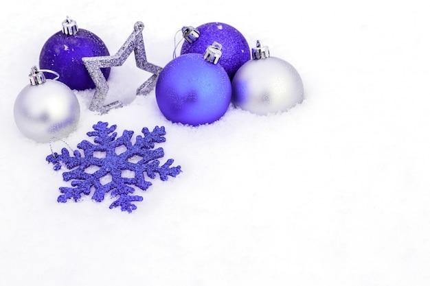 Decorazioni natalizie nella neve.