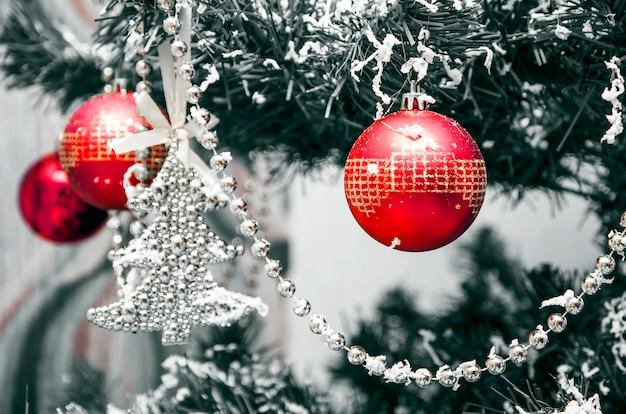 Decorazioni natalizie. palloncini rossi