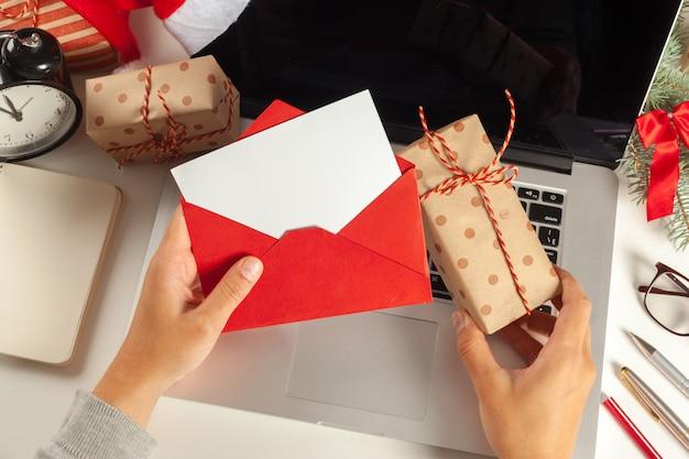 Decorazioni natalizie piatte ufficio di lavoro