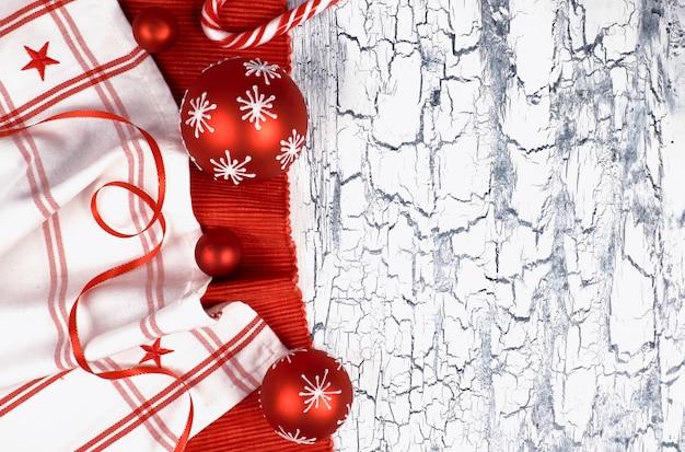 Decorazioni natalizie rosse e bianche