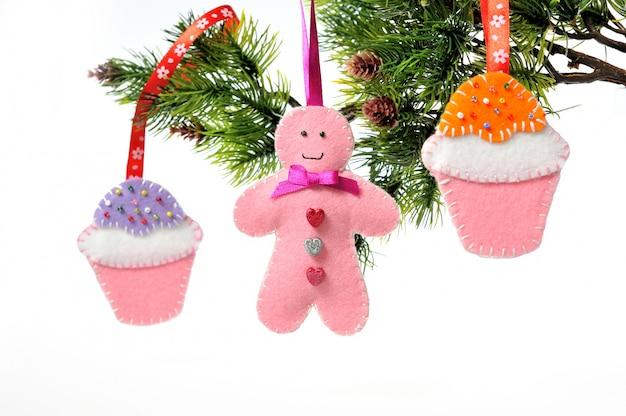 Decorazioni natalizie su albero di natale fatto a mano