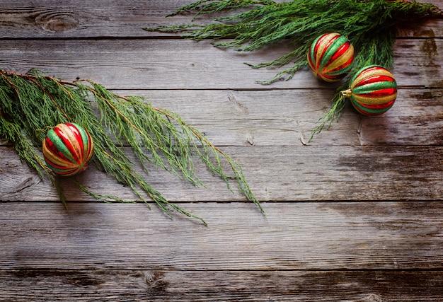 Decorazioni natalizie su fondo in legno