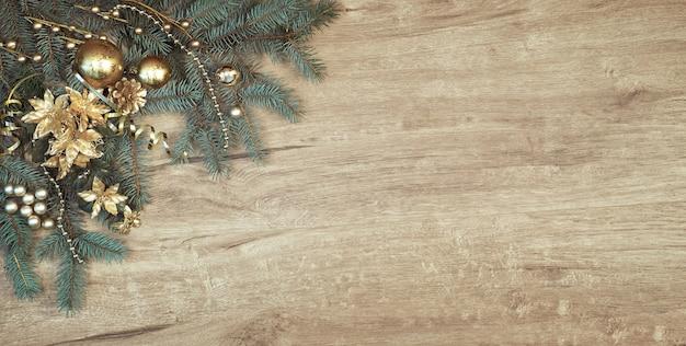 Decorazioni natalizie su legno con un angolo di rami di abete decorato, copia-spazio