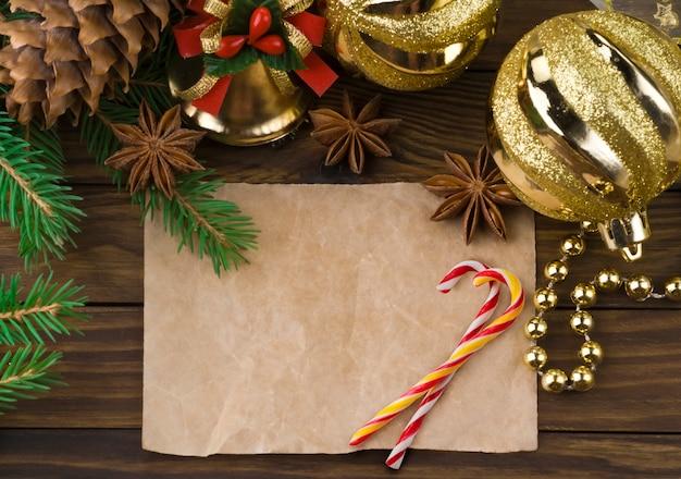 Decorazioni natalizie su legno vecchio