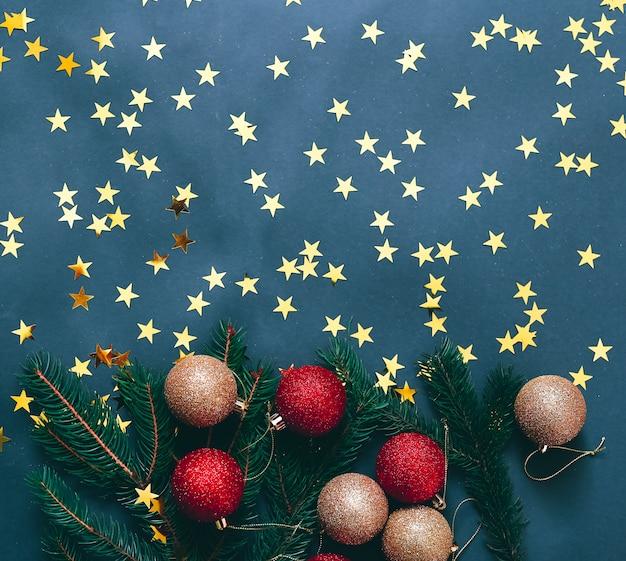 Decorazioni natalizie su sfondo blu