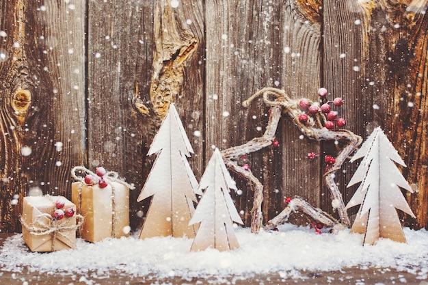 Decorazioni natalizie su sfondo di legno