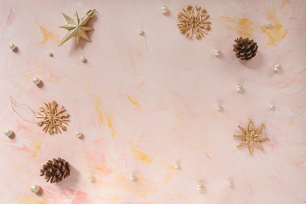 Decorazioni natalizie su sfondo rosa. modello invernale.