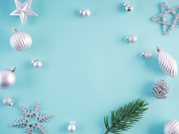 Decorazioni natalizie su superficie azzurro