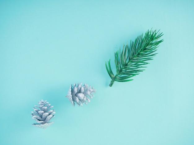 Decorazioni natalizie su superficie blu pastello