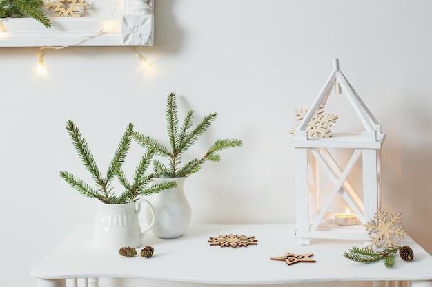Decorazioni natalizie sul muro bianco
