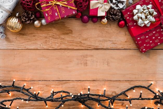 Decorazioni natalizie vicino a lucine illuminate