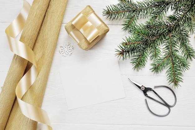 Decorazioni natalizie vista dall'alto confezione regalo e forbici e nastro regalo in oro