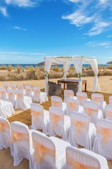Decorazioni originali per la cerimonia nuziale. sulla spiaggia.