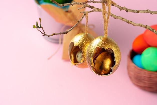 Decorazioni pasquali, gusci d'uovo dipinti d'oro con dentro l'uovo di quaglia. foto creativa
