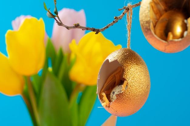 Decorazioni pasquali, gusci d'uovo dipinti d'oro con dentro l'uovo di quaglia