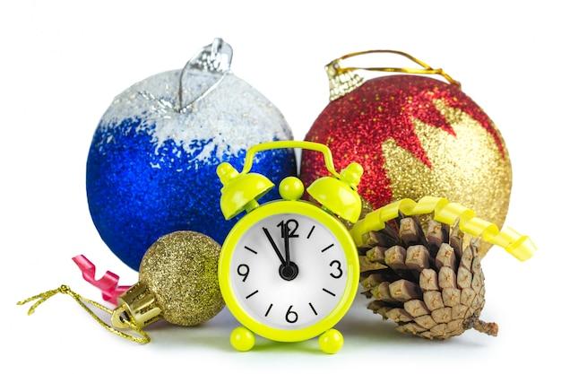 Decorazioni per alberi di natale e un orologio. isolato. aspettando il nuovo anno.