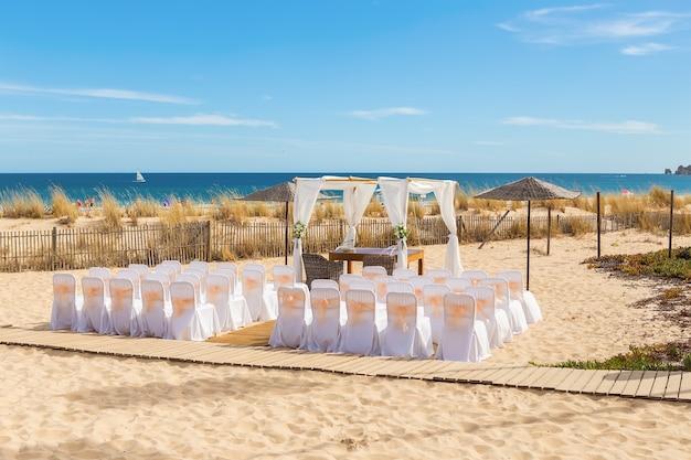 Decorazioni per la cerimonia nuziale. sulla spiaggia.