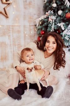 Decorazioni per le vacanze invernali colori caldi. ritratto di famiglia. adorabile mamma e figlia