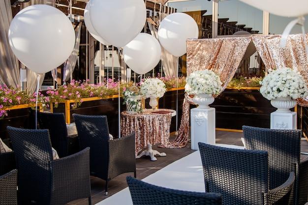Decorazioni per matrimoni, bouquet di fiori bianchi e gabbia vintage
