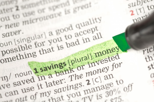 Definizione dei soldi di risparmio evidenziata nel verde
