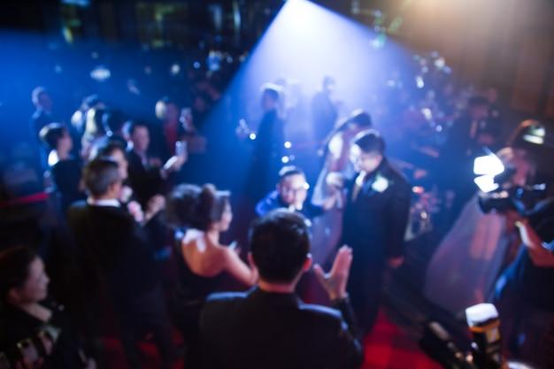 Defocus del tema creativo della cerimonia di premiazione con l'illuminazione verso il basso