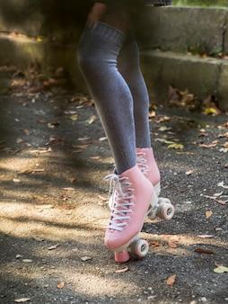 Defocused donna che indossa calze e pattini a rotelle