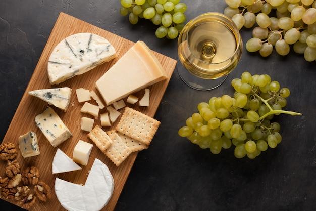 Degustazione piatto di formaggio su un piatto di legno.