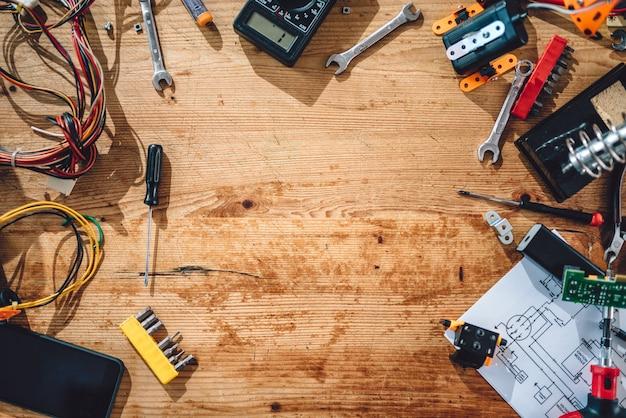Del tavolo di legno con utensili elettrici