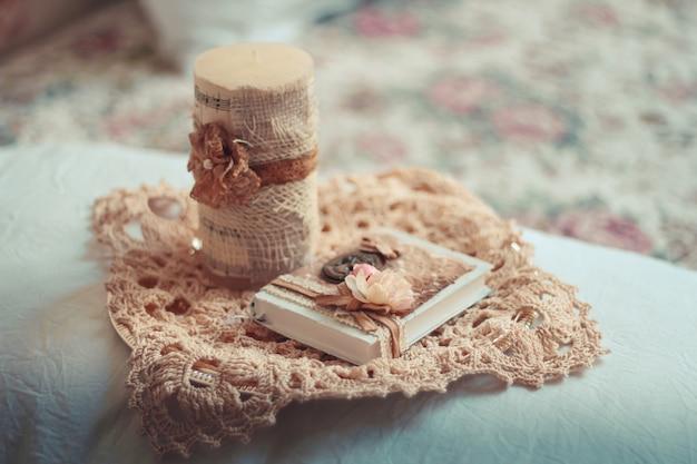 Delicata composizione con libri antichi decorati in stile rustico