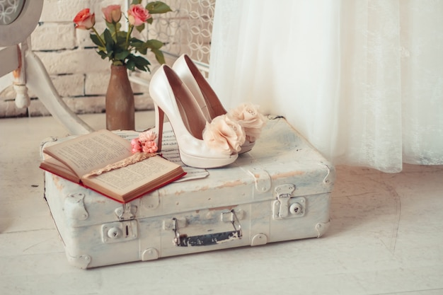 Delicata composizione di abiti da sposa e accessori