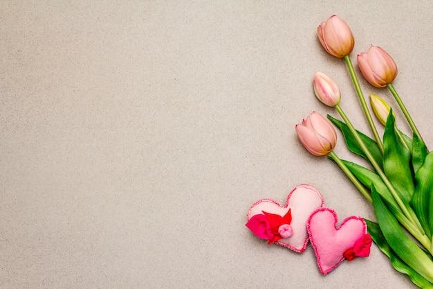 Delicati tulipani rosa, cuori di feltro fatti a mano