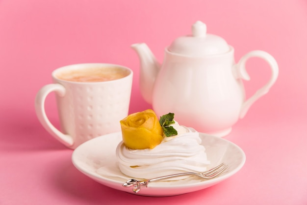 Delicato dessert naturale a basso contenuto calorico dolce di meringa