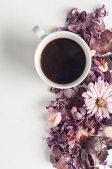 Delicato tavolo da tè al mattino