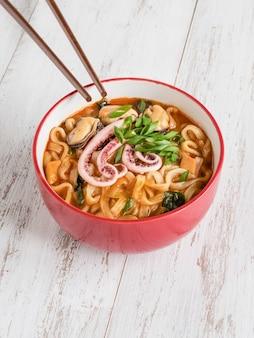Delicious champong - zuppa di noodle piccante con frutti di mare. vista dall'alto.
