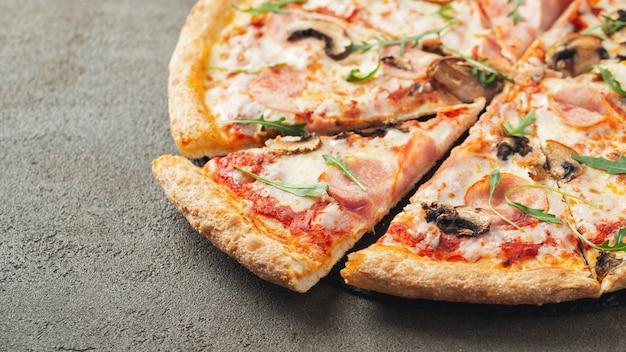 Delicious pizza calda in una scatola.