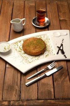 Delizia tukish con pistacchi grattugiati chiamati künefe