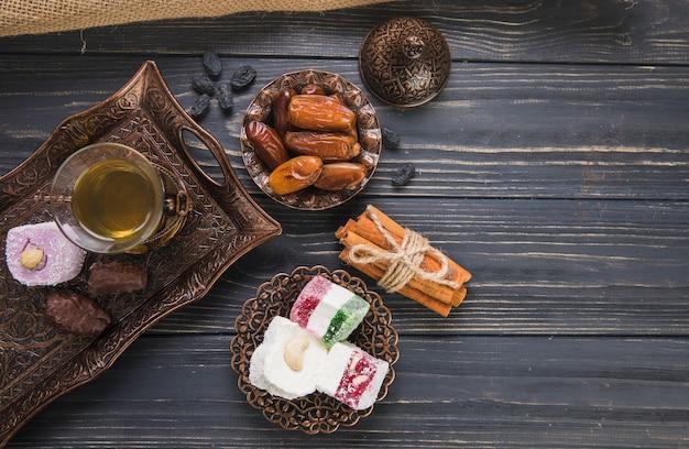 Delizia turca con bicchiere di tè e frutta data