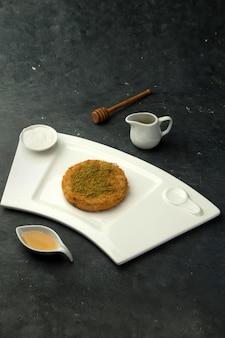 Delizia turca künefe e sciroppo dolce