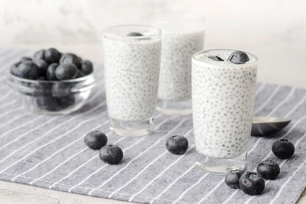 Deliziosa bevanda a base di latte con mirtilli
