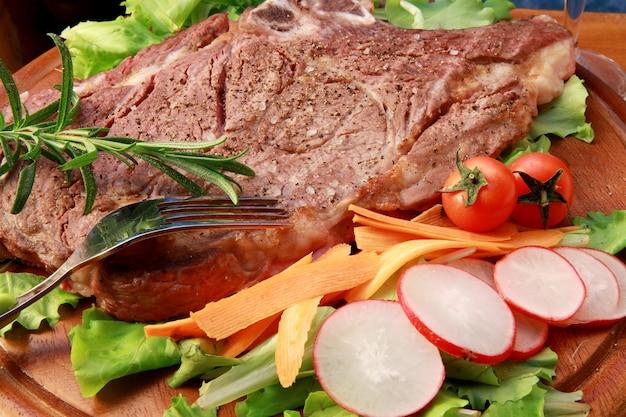 Deliziosa bistecca alla griglia con verdure