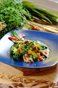 Deliziosa carne di manzo con broccoli di carote e peperoncino