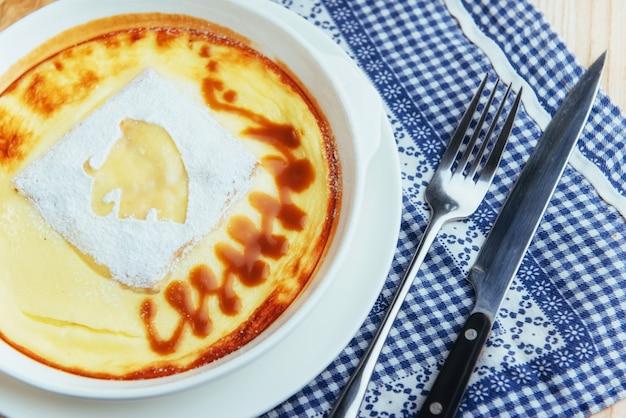 Deliziosa casseruola di formaggio in una pentola di ceramica.