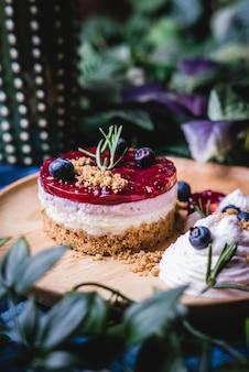 Deliziosa cheesecake fatta in casa con salsa di frutti di bosco.