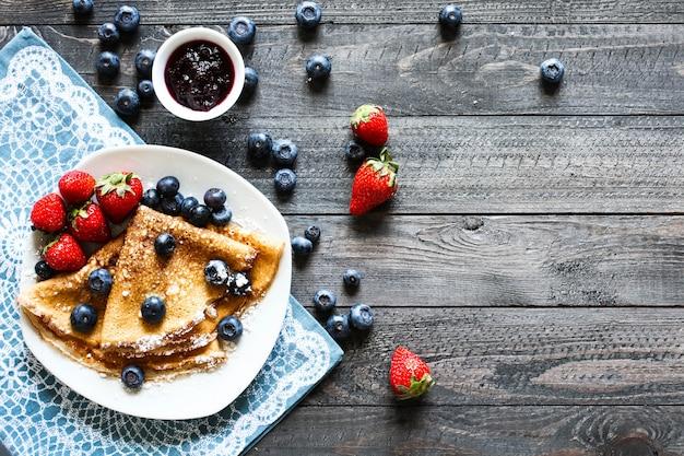 Deliziosa colazione a base di crepes con legno chiaro drammatico