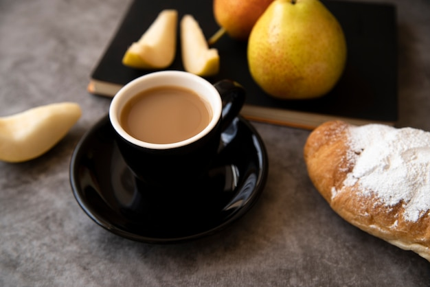 Deliziosa colazione con caffè e pasticceria