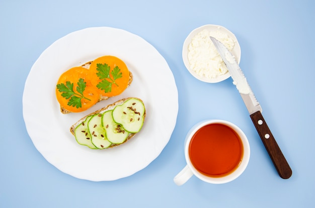 Deliziosa colazione con panini vegetariani e una tazza di tee