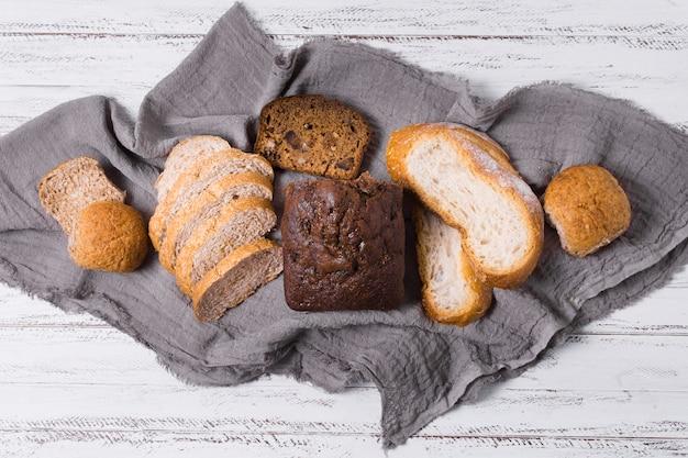 Deliziosa composizione di pane bianco e integrale